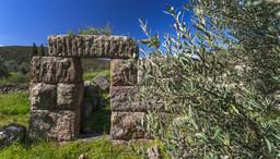 Die Wanderung beginnt beim antiken Turm auf der Throni-Hochebene. (c) Tobias Schorr