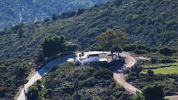 Blick auf die Kapelle Agios Panteleimonas vom Gipfel Guri Prini. (c) Tobias Schorr