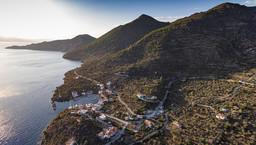 Luftbild der Westküste mit dem kleinen Hafen Vathy. (c) Tobias Schorr 2016