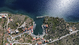 Luftbild des Fischerhafens Vathy. (c) Tobias Schorr 2016
