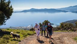 Eine Wandergruppe im April 2015 auf dem Weg in Methanas Berge. (c) Tobias Schorr