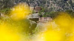 Reste eines Rundturmes auf der Akropolis von Methana. (c) Tobias Schorr