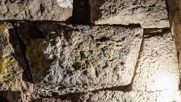 Erst am Abend kann man im Taschenlampenlicht diesen Stierkopf über den Eingang zur Akropolis entdecken. (c) Tobias Schorr 2016