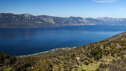Blick auf die Ostküste der Pelopnnes. Im Vordergrund sieht man das Panagitsa-Tal. (c) Tobias Schorr