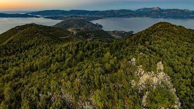 Blick in Richtung des Isthmus Steno und das Troizenische Land der Ost-Peloponnes. Rechts befindet sich der Gipfel Chelona, der auch der höchste Gipfel von Methana ist. (c) Tobias Schorr