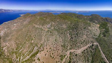Luftbild des Vulkanmassivs von Methana aus dem Westen. Unten links liegt das Gehöft des Ziegenhirten Georgios Dimitriou. Rechts geht es zum Pass Panteleimonas. (c) Tobias Schorr