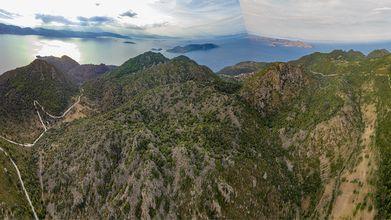 Die Vulkane Nord-Methanas. In der Mitte der Krater des Lavadoms Vera Uikut oder Choni. In Lightroom funktioniert die Montage von Panoramen nicht immer ganz perfekt. Aber man bekommt trotzdem einen Eindruck der Vulkanlandschaft. (c) Tobias Schorr