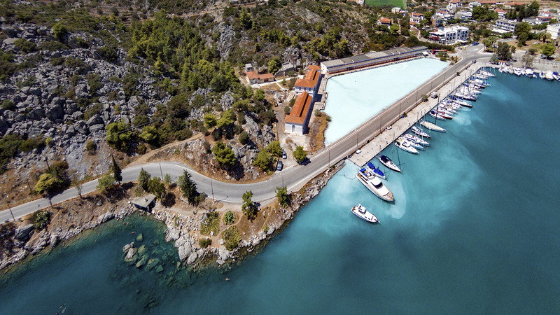 Aerial view of the Sfagia baths. You can also see the sulfur lake with the official Spa, which is closed for years.(c) Tobias Schorr