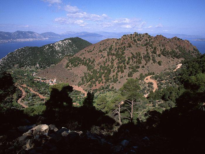 Blick auf den historischen Lavadom beim Dorf Kameni Chora. Hier begann 1999 der Bau einer Strasse, die dann 2009 leider durch die ganzen Berge führte. (c) Tobias Schorr