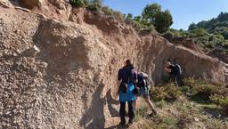 Ein hochinteressanter, geologischer Aufschluss bei den Gehöften der Bergziegenhirten. Hier findet man den leichten, vulkanischen Bims, der zeigt, dass es auch auf Methana gewaltige, phreatische Eruptionen gegeben hat. (c) Tobias Schorr