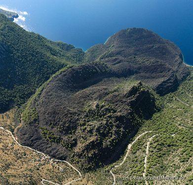 Luftbild des Lavadoms von Kameni Chora mit den Lavaströmen, die 270 v.Chr. bis an das Meer reichten. (c) Tobias Schorr
