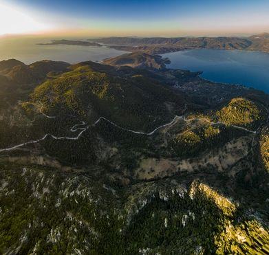 Blick vom Gipfel des Profitis Ilias in Richtung Süden auf das Chelona-Vulkanmassiv, den Isthmus Steno und die Ostküste der Peloponnes. (c) Tobias Schorr