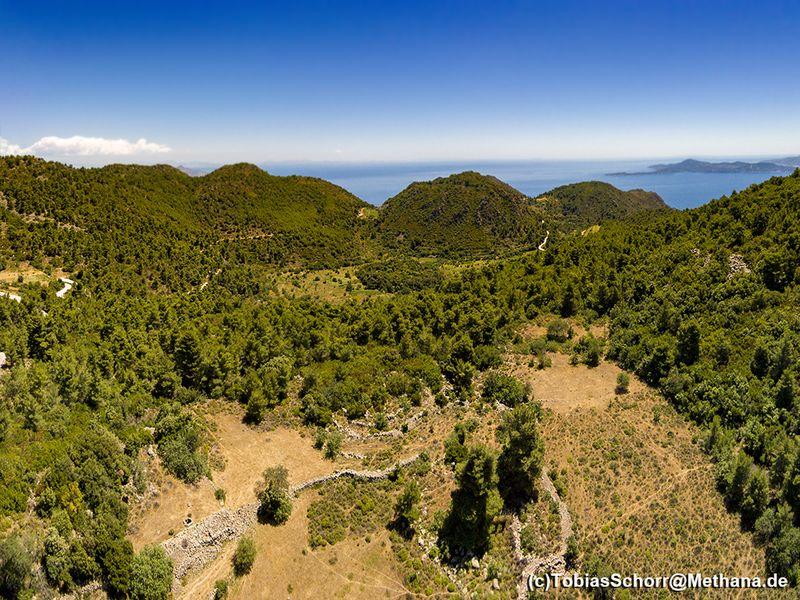 Luftbild der Bergregion. Die Varkesa-Hochebene befindet sich im Vordergrund. Hinten sieht man den Krater Stavrolongos. (c) Tobias Schorr