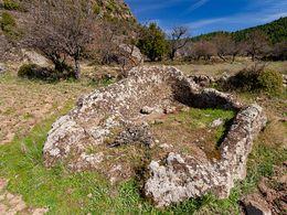 Aus einem Felsen gehauene Weinpresse. (c) Tobias Schorr