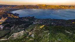Blick mit der Drohne über den Chelona-Gipfel und auf den Golf von Epidaurus mit der Ostküste der Peloponnes. (c) Tobias Schorr 2016