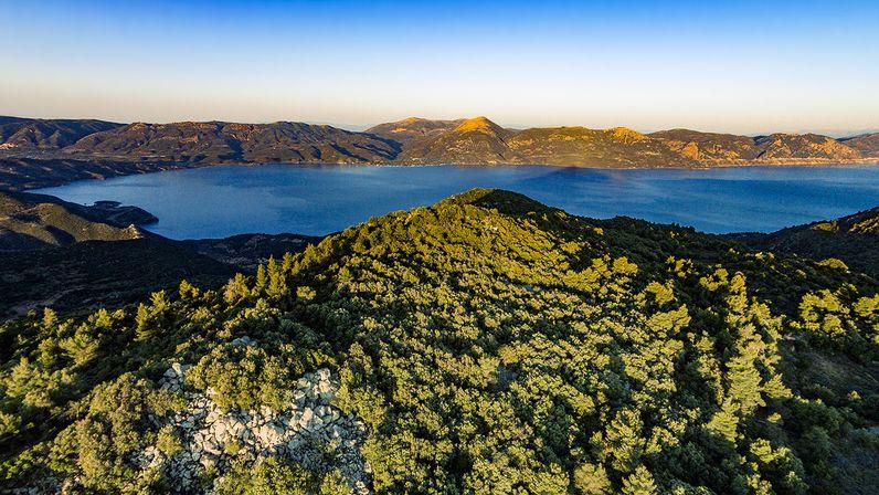 Die Berge Methanas zu erwandern, ist eine besondere Freude! Luftbild des Gipfels Chelona im Juni 2016. (c) Tobias Schorr