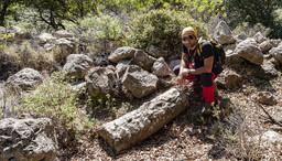 Elias Rizos, der sich auch für dier Wanderwege auf Methana engagiert. Er sitzt an einer antiken Säule bei dem eigentümlichen, antiken Gebäude. (c) Tobias Schorr 2008