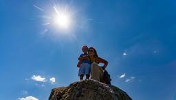 Elena Dimou und ihr Sohn auf dem Gipfel der Chelona (740m). (c) Tobias Schorr
