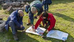Eine Wandergruppe im Winter 2008 vergleicht die geologische Karte mit der topografischen Karte Methanas. (c) Tobias Schorr