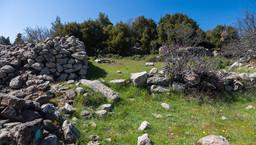 Antike Reste an der nordöstlichen Ecke der Varkesa-Hochebene. (c) Tobias Schorr