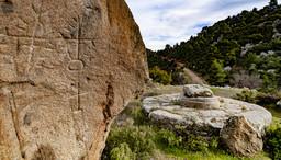 Neben der Zisterne gibt es im Fels eine Einritzung. Frühchristliches Symbol? Hinterlassenschaft der Kreuzzügler? (c) Tobias Schorr
