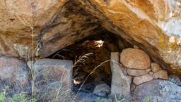 Ein uralter Unterschlupf, der sicher schon in vorgeschichtlicher Zeit genutzt wurde. Auf dem Felsen sind deutliche Ausarbeitungen zu finden. (c) Tobias Schorr