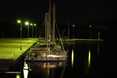 Yachten im Hafen Methana