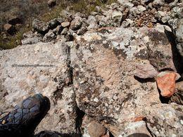 Vor ein paar Jahren entdeckte ich in der Mauer einen antiken Stein, der meine Vermutungen bestätigte, dass es auf dieser Hochebene bedeutende, archäologische Reste gibt. (c) Tobias Schorr