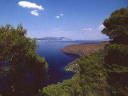 Blick auf das Eruptionszentrum des kleinen Vulkans von Agios Andreas und im Hintergrund erkennt man den Lavastrom des historischen Ausbruchs von 270-230 v.Chr. (c) Tobias Schorr