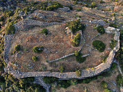 Εναέρια φωτογραφία της ακρόπολης Όγα κοντά στο χωριό Κυψέλη Μεθάνων. (c) Tobias Schorr