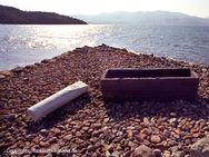Der antike Sarkophag, der fürher am Strand von Vathy lag und heute im Hof des Kulturzentrums in Methana steht. (c) Tobias Schorr 1990