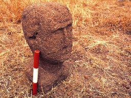 When the handover to the archaeologist Eleni Konstolaki-Jiannopoulou took place, exact measurements were taken. (c) Tobias Schorr 1996