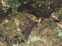Blick auf die Mauern eines antiken Gebäudes, das ich mit Zetteln markiert habe. (c) Tobias Schorr 1996