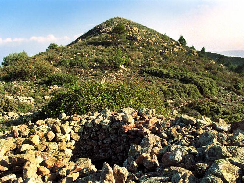 Η κορυφή Χιόνεσα και ένας λόφος από πέτρες οι οποίες ίσως ανήκουν σε έναν αρχαίο ή προϊστορικό τάφο; (c) Tobias Schorr