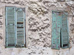 Alte Fensterläden am Hotel Aithra. (c) Tobias Schorr