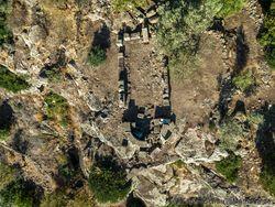 Luftaufnahme der frühchristlichen Kapelle auf der Akropolis Paliokastro