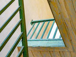 Blick nach oben auf altes Geländer. (c) Tobias Schorr