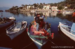 Takis Kolias und seine Freunde auf dem Kaiki Agios Panteleimonas im Hafen von Vathy 1991