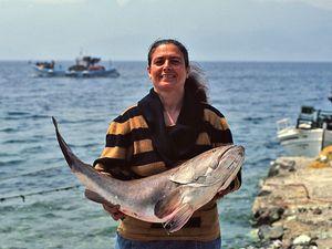Theoni Kolias mit einem riesigen Seebarsch