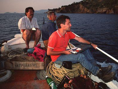 Dr. Roland Oberhaensli, Dr. Volker Dietrich and Dr. Lorenz Hurni on an boat excursion around the historic volcano. (c) Tobias Schorr