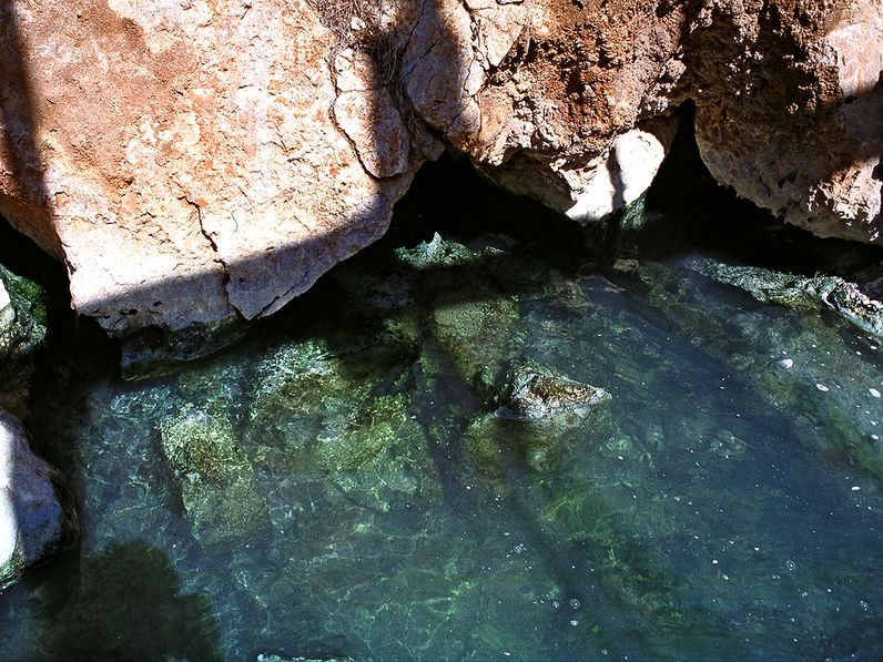 Der Ausfluß der Thermalwässer am Kalkmassiv Methanas. (c) Tobias Schorr 1996