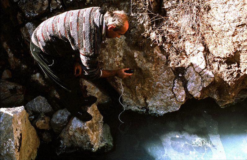 Geologe des griechischen, geologischen Amts IGME misst die Temperaturen der Thermalquellen. (c) Tobias Schorr 1996