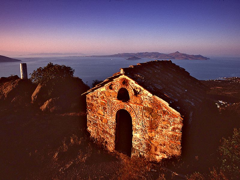The chapel Agios Dimitrios at the village of Kounoupitsa is probably the oldest and most beautiful chapel from around 1200 AD. (c) Tobias Schorr 1990