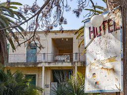 Der Eingang zum Hotel Aithra. (c) Tobias Schorr