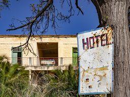 Schild am Zugang zum Hotel Aithra. (c) Tobias Schorr