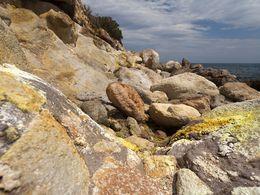 Die Küste mit Fumarolen und Mofetten bei Methana