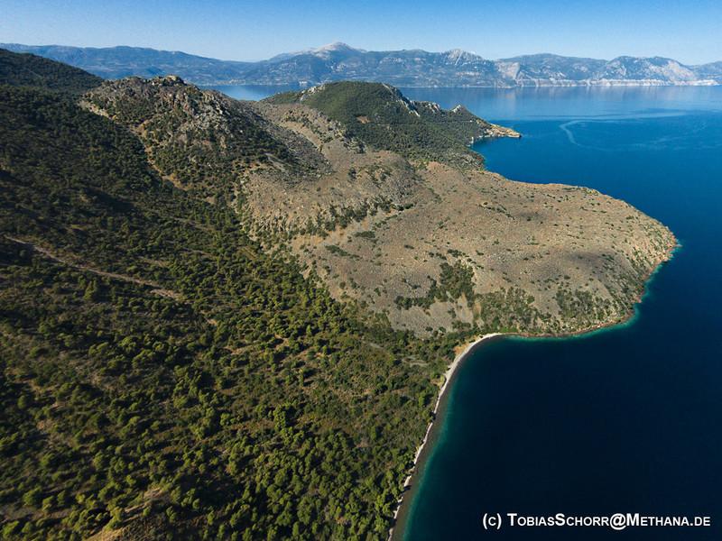 Nördlich (rechts im Bild) vom historischen Vulkan, der 270 v. Chr ausbrach, befinden sich in etwa 2 km Abstand im Meer die Krater eines unterseeischen Vulkanmassivs.