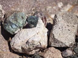 Ophiolith (grün), Kalk (weiss) und Dazit (weiss-gesprenkelt) aus der Umgebung von Lofiskos. (c) Tobias Schorr