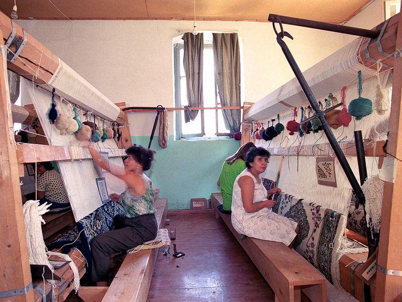 Um 1990 gab es in der ehm. Schule am Dorfplatz von Kounoupitsa eine kleine Weberei. (c) Tobias Schorr 1990
