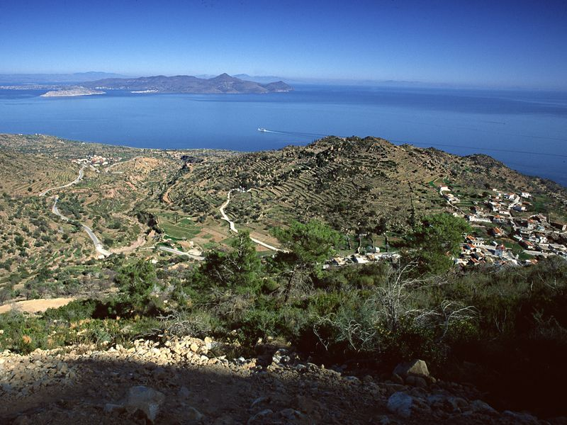 The village Kypseli, tha lava dome and the Saronic gulf. (c) Tobias Schorr